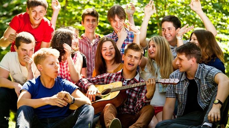 Разгульный образ жизни у молодежи.