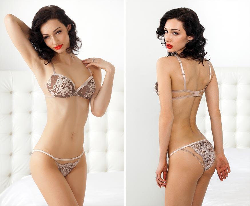Прозрачный эротический комплект нижнего белья на неотразимой девушке: пикантные трусики