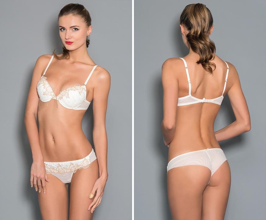 Прозрачный комплект нижнего белья на роскошной девушке: открытые трусики из тонкого материала