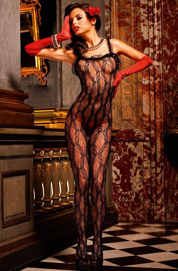 Девушка в живописном прозрачном бесшовном нижнем белье, комплект с секси трусиками