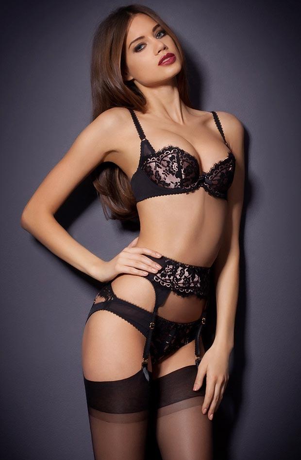 Девушка в миловидном элитном черном нижнем белье, комплект с мини трусиками
