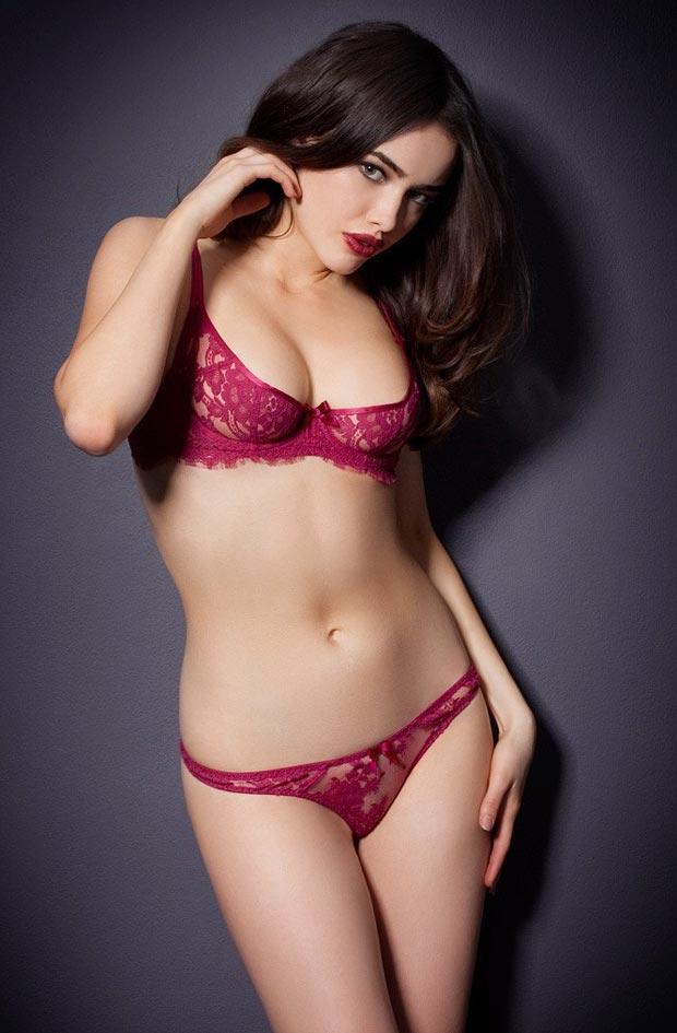 Девушка в фееричном эротическом утягивающем нижнем белье, комплект с красными трусиками