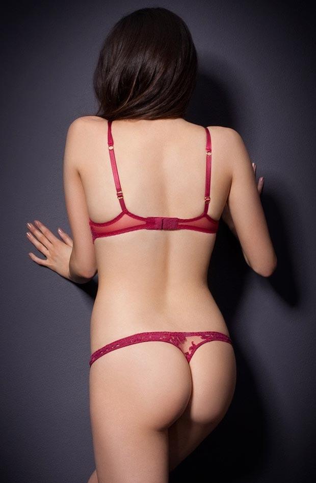 Молодая девушка демонстрирует эротическое нижнее белье, необычайные трусики