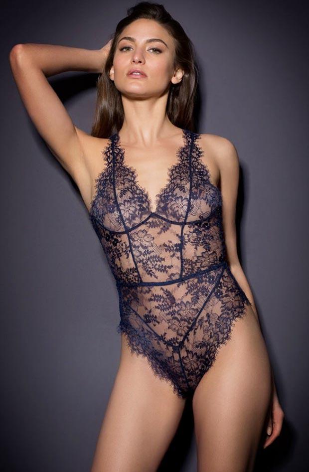 Девушка в экстравагантном элитном бесшовном нижнем белье, комплект с необычными трусиками