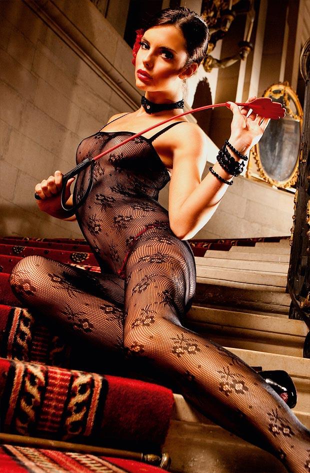 Молодая девушка показывает дорогое нижнее белье, необыкновенные трусики