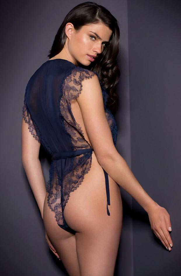Привлекательный красивый фэст бюстгальтер на женщине в нижнем белье