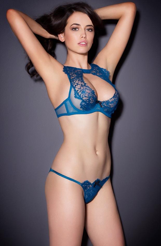 Девушка красавица показывает красивое нижнее белье, ошеломительные трусики