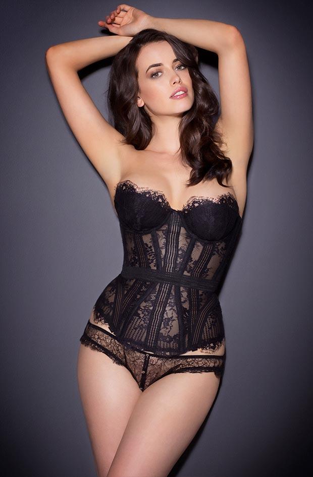 Красивая девушка демонстрирует прозрачное нижнее белье, бесподобные трусики