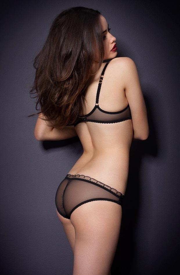 Особенный эротический без лямок бюстгальтер на красивой девушке в нижнем белье