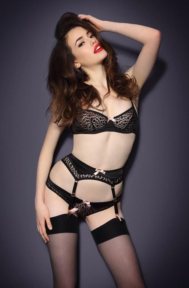 Прозрачный атласный комплект нижнего белья на молодой девушке, без застежки бюстгальтер