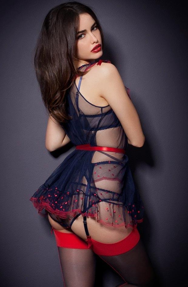 Женщина показывает просвечивающее нижнее белье, блистательные трусики