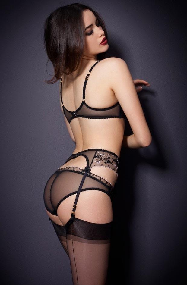 Девушка в превосходном дорогом кружевном нижнем белье, комплект с секси трусиками