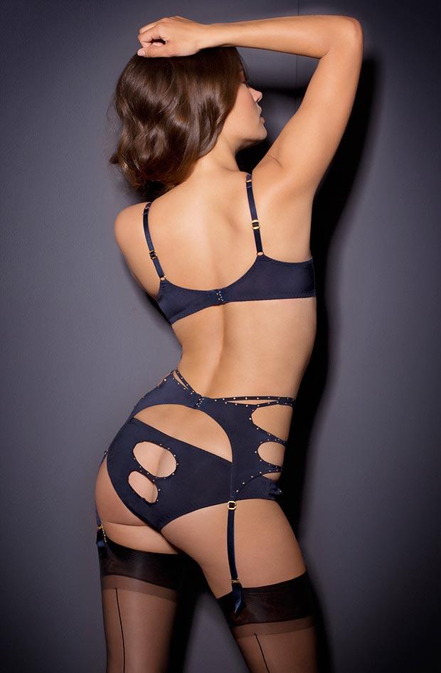 Женщина показывает прозрачное нижнее белье, необычайные трусики