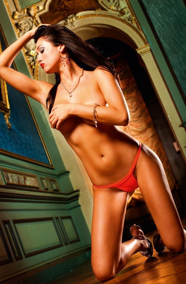 Девушка красавица показывает красивое нижнее белье, прелестные трусики