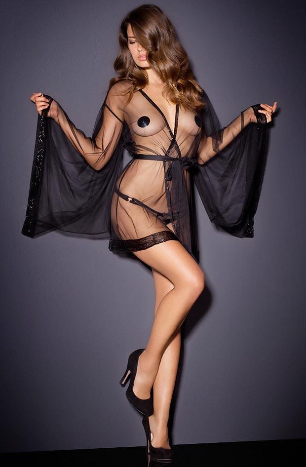 Прозрачный комплект нижнего белья на молодой девушке, без косточек бюстгальтер