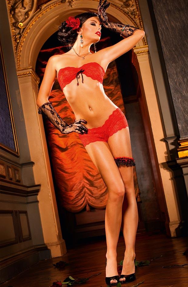 Стройная девушка показывает прозрачное нижнее белье, поразительные трусики
