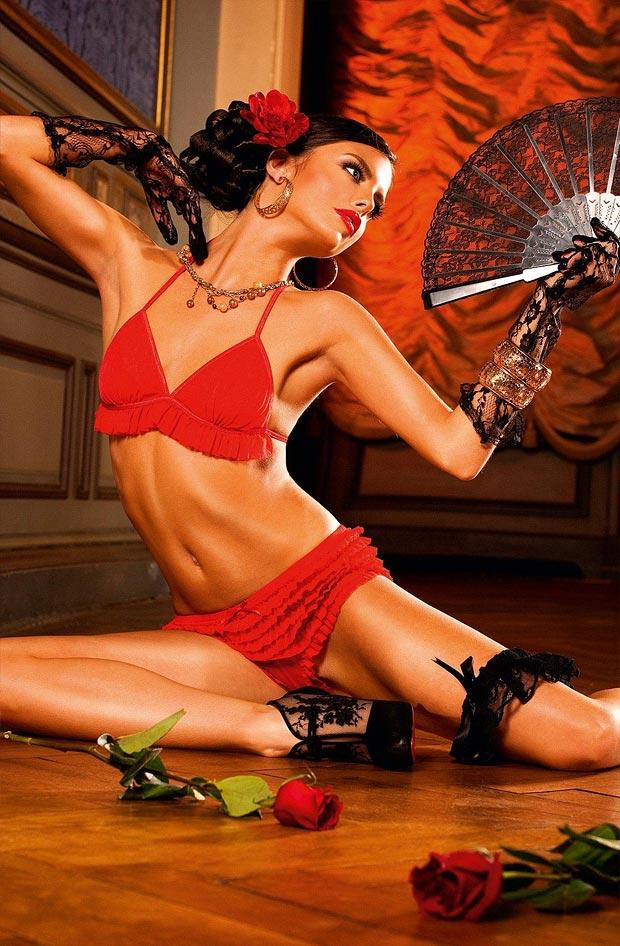 Высокая девушка демонстрирует кружевное нижнее белье, блистательные трусики