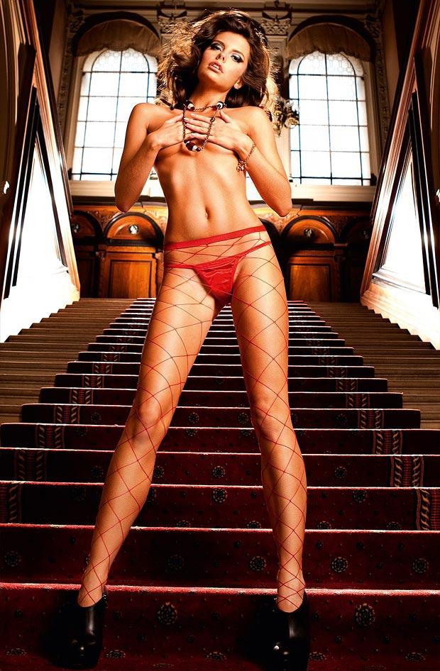 Высокая девушка показывает сексуальное нижнее белье, изящные трусики