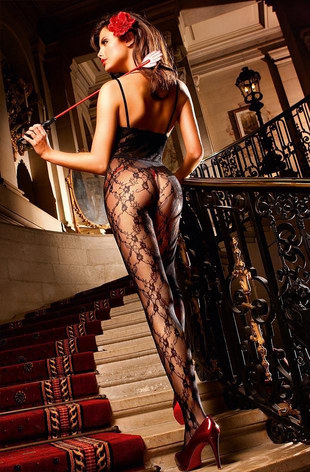 Девушка показывает просвечивающее нижнее белье, потрясные трусики