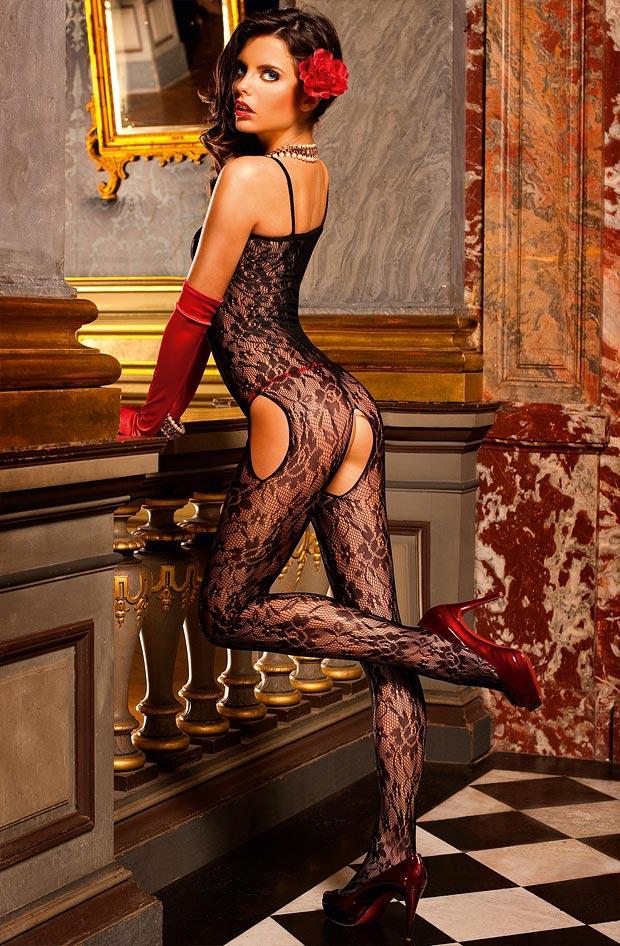 Девушка демонстрирует красивое нижнее белье, феноменальные трусики