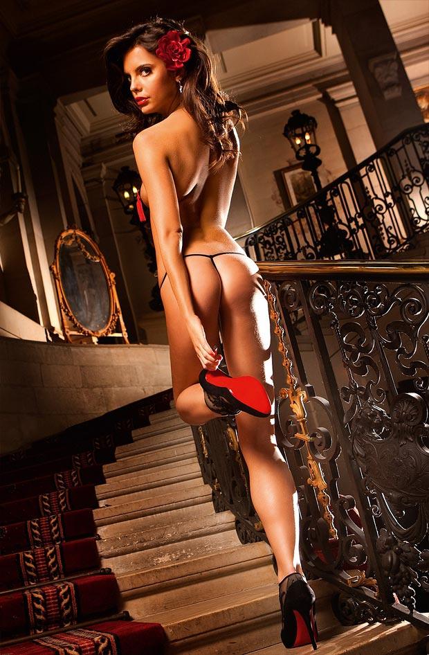 Девушка в эффектном эротическом утягивающем нижнем белье, комплект с необычными трусиками