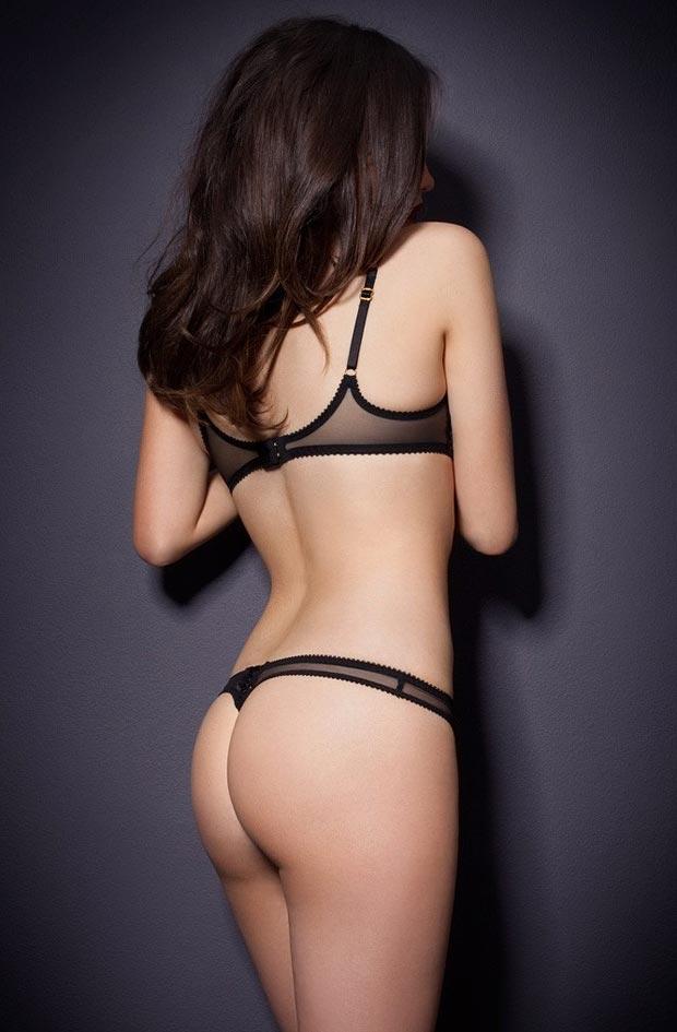 Девушка в притягательном сексуальном белом нижнем белье, комплект с низкими трусиками
