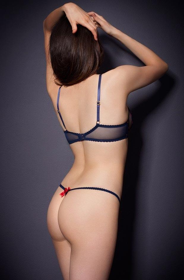 Девушка в изящном дорогом секси нижнем белье, комплект с белыми трусиками