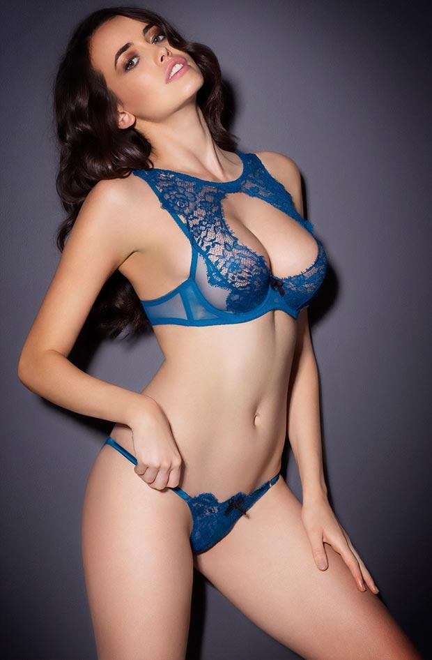 Роскошный сексуальный без лямок бюстгальтер на красивой девушке в нижнем белье