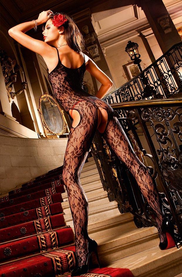 Женщина демонстрирует красивое нижнее белье, дивные трусики