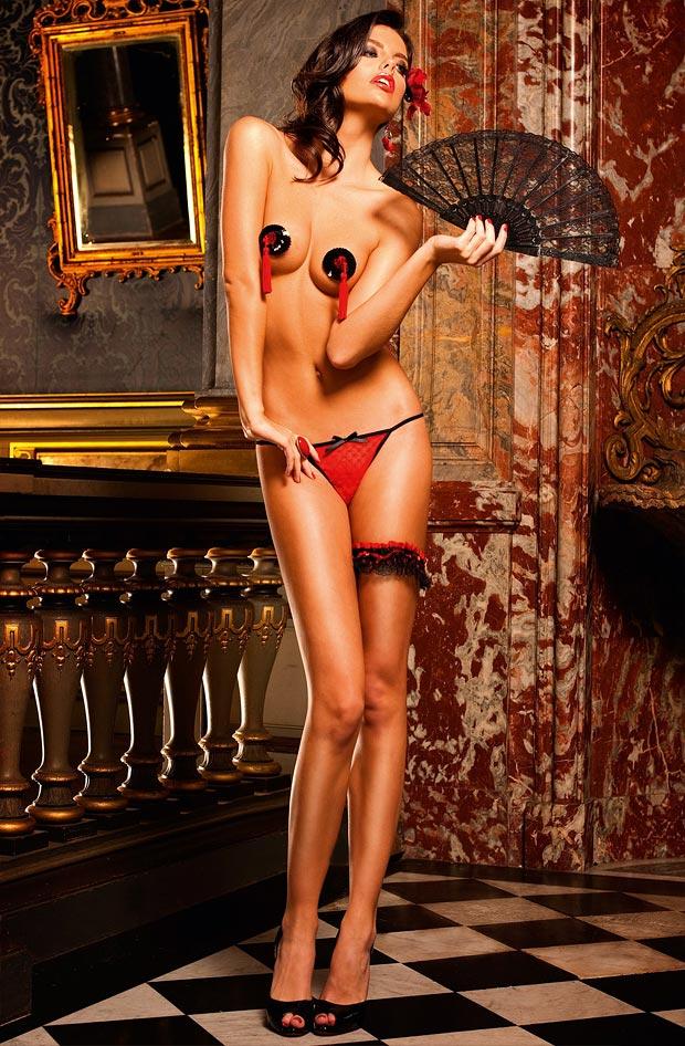 Девушка в чарующем просвечивающем секси нижнем белье, комплект с пушапом трусиками