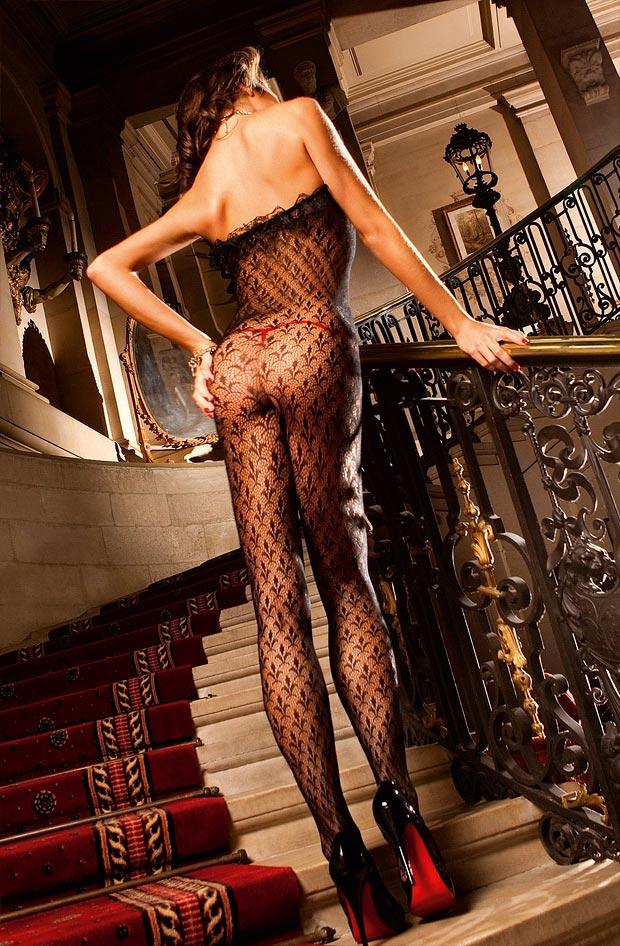 Женщина демонстрирует эротическое нижнее белье, желанные трусики