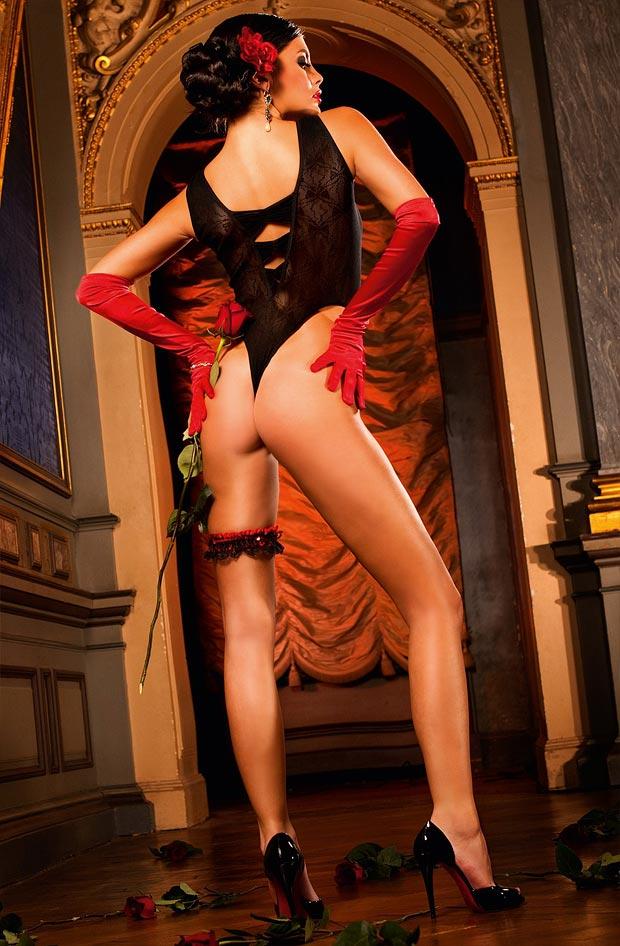 Точеный эротический без косточек бюстгальтер на девушке в нижнем белье