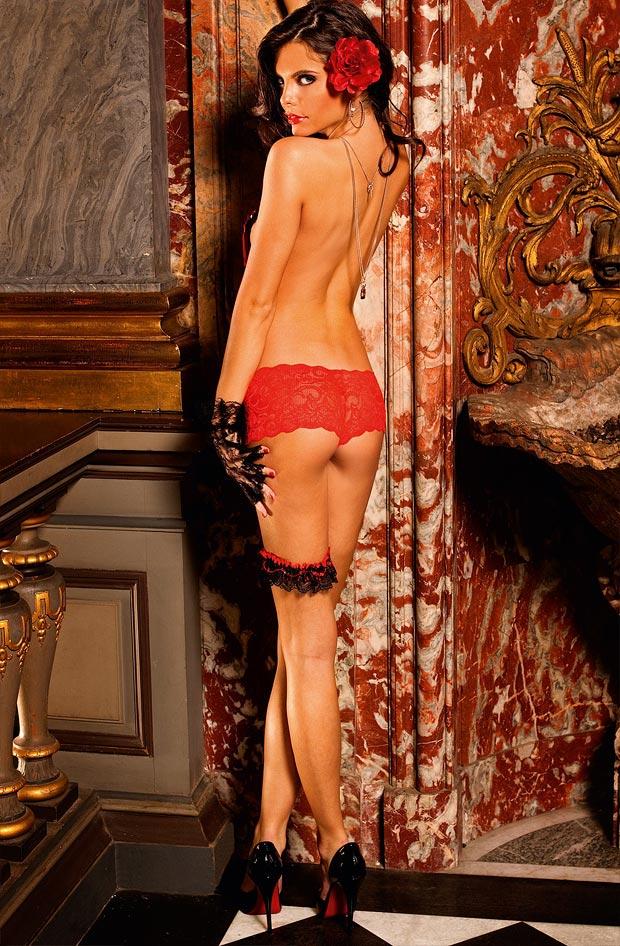 Красивая девушка в красивом нижнем белье, красные трусы