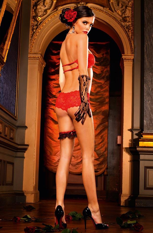 Пленительный просвечивающий без поролона бюстгальтер на женщине в нижнем белье