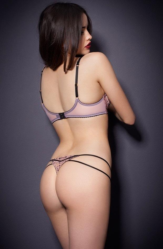 Нижнее белье у девушки, видные красивые красные трусики стринги