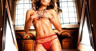 Стройная девушка показывает эротическое нижнее белье, видные трусики