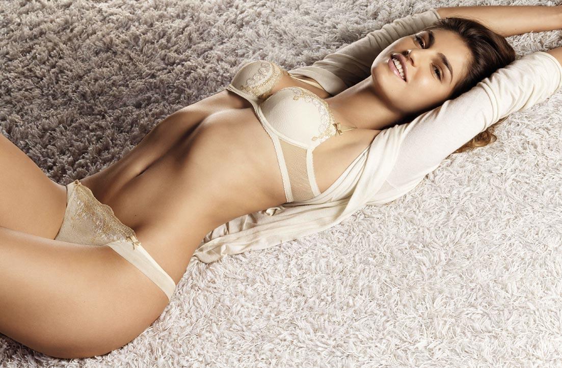 Молодая девушка показывает элитное нижнее белье, первокласные трусики