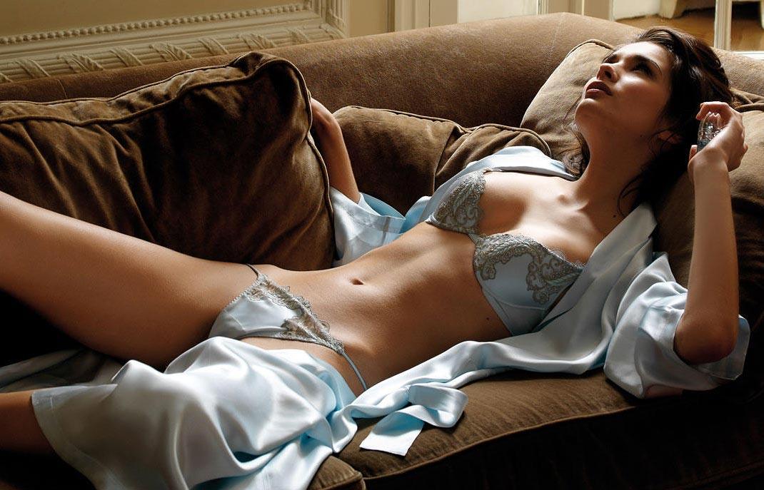Нижнее белье у девушки, милые элитные мини трусики с разрезом