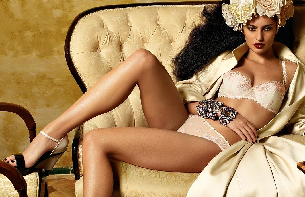 Комплект нижнего белья на девушке, со вставками бюстгальтер