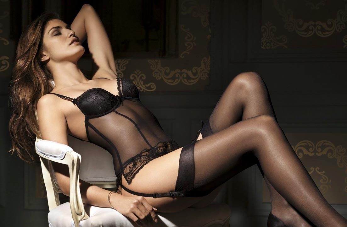 Привлекательный просвечивающий комбинация бюстгальтер на девушке в нижнем белье