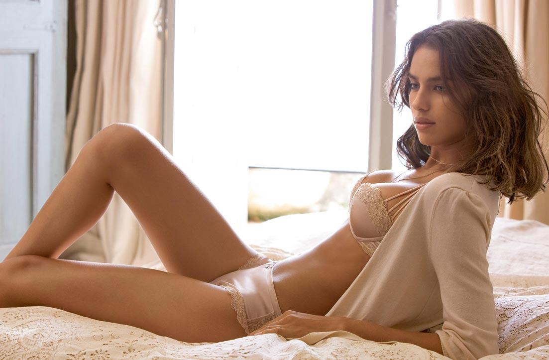 Девушка красавица показывает просвечивающее нижнее белье, приятные трусики