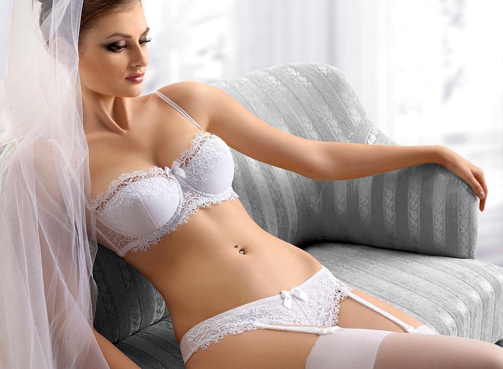 Нижнее белье у девушки, замечательные прозрачные белые танга