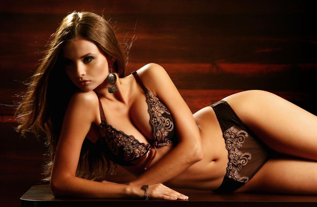 Девушка в восхитительном элитном черном нижнем белье, комплект с пикантными трусиками
