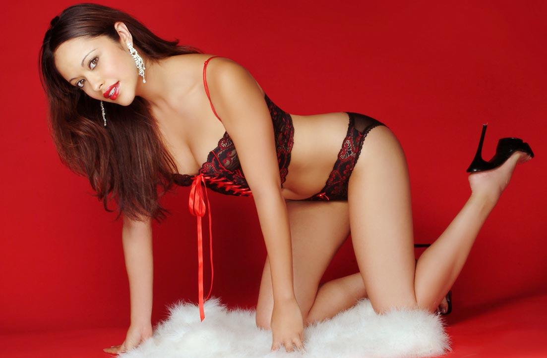 Стройная девушка показывает элитное нижнее белье, фееричные трусики