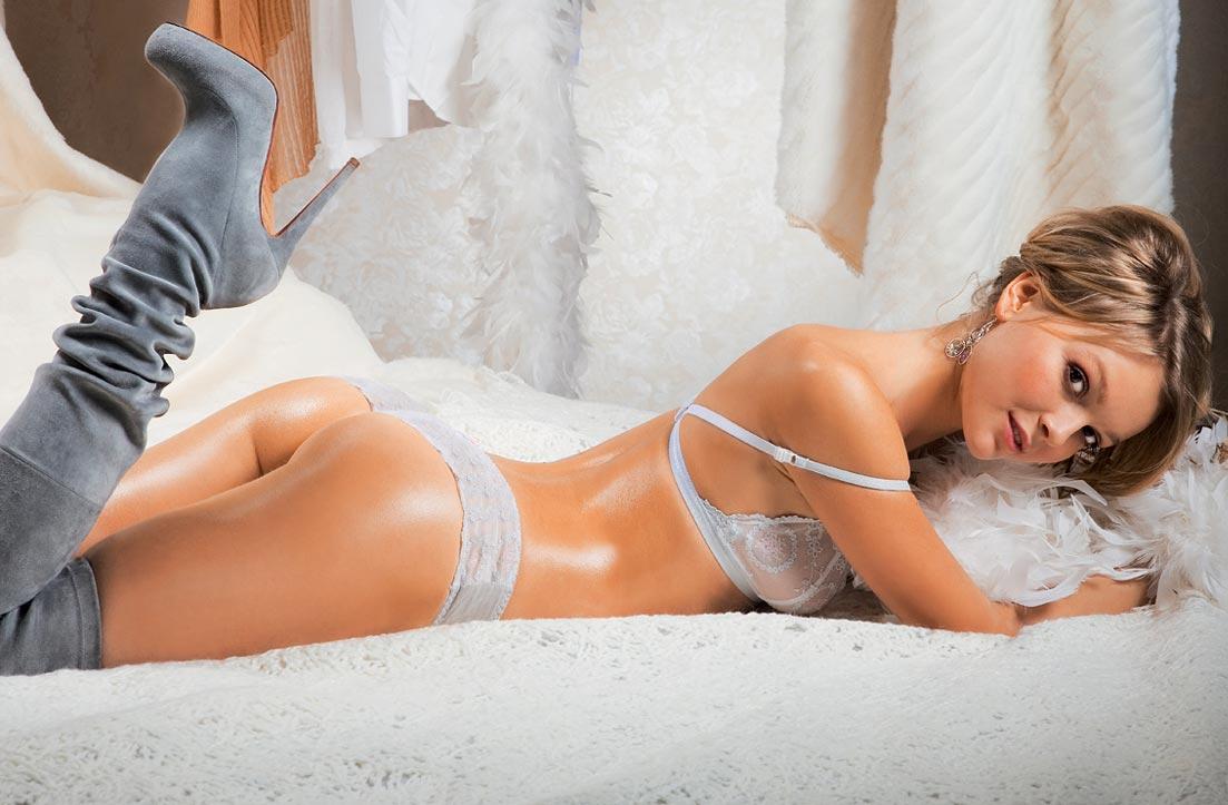 Молодая девушка демонстрирует кружевное нижнее белье, волшебные трусики