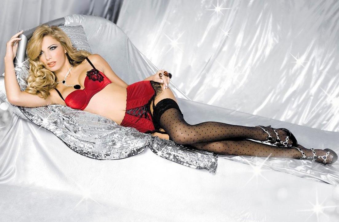 Девушка в привлекательном дорогом красном нижнем белье, комплект с открытыми трусиками
