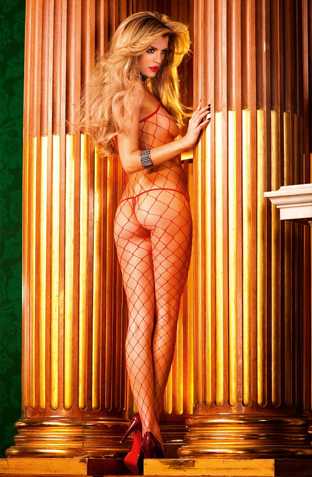 Молодая девушка показывает кружевное нижнее белье, обольстительные трусики