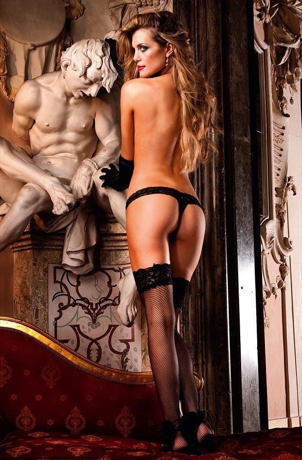 Нижнее белье у девушки, сказочные красивые красные низкие трусики