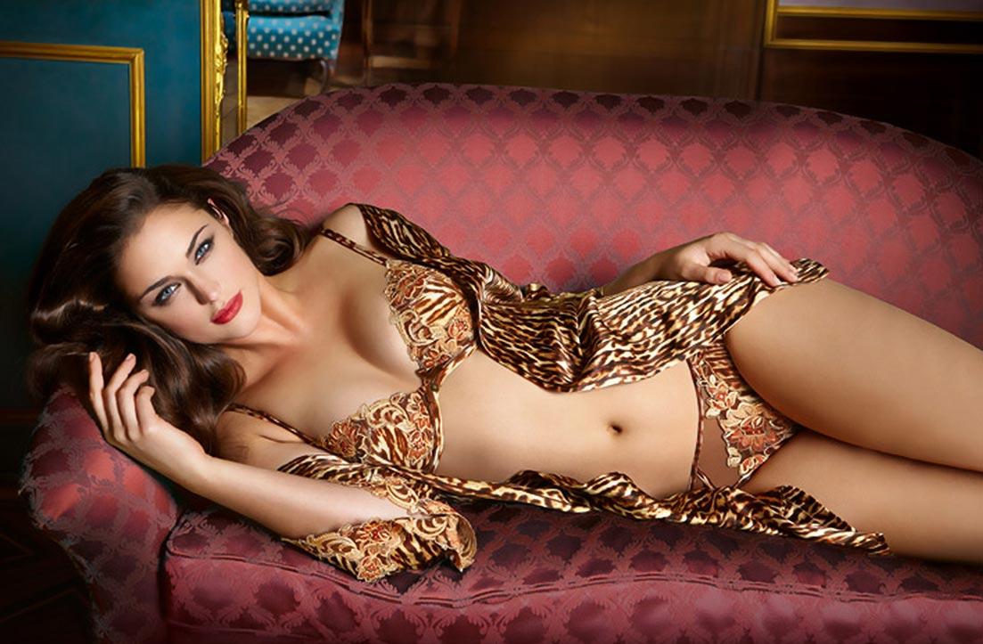 Девушка красавица демонстрирует кружевное нижнее белье, удивительные трусики