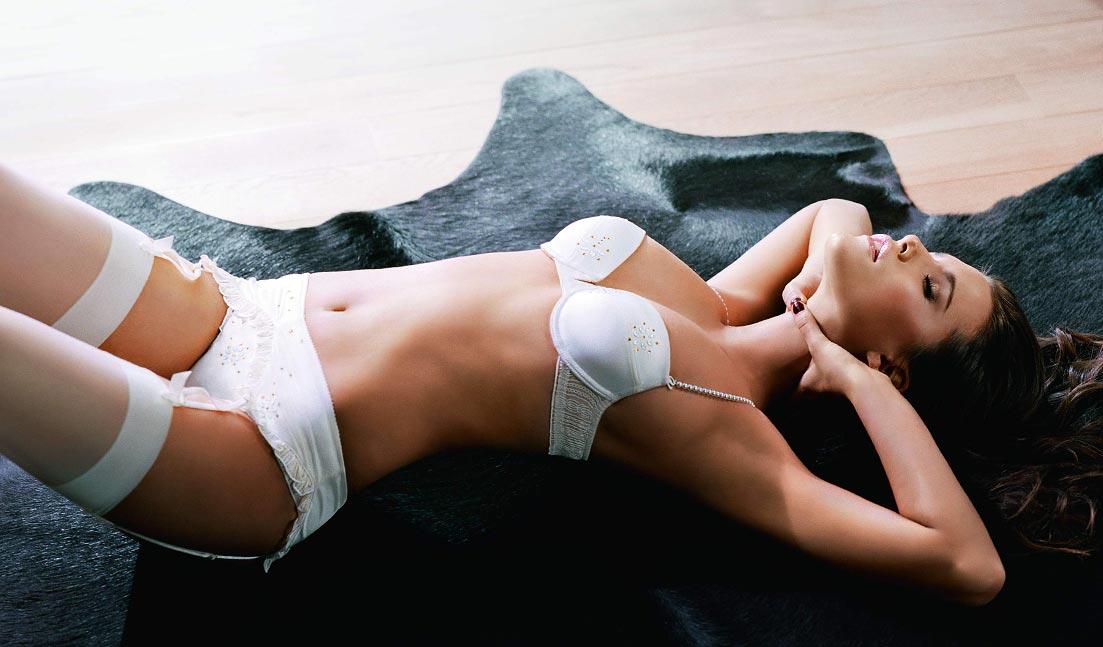 Нижнее белье у девушки, хорошенькие дорогие шелковые тонкие трусики